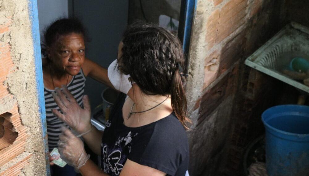 Distribuzione di aiuti alimentari alle famiglie povere della periferia di Belo Horizonte